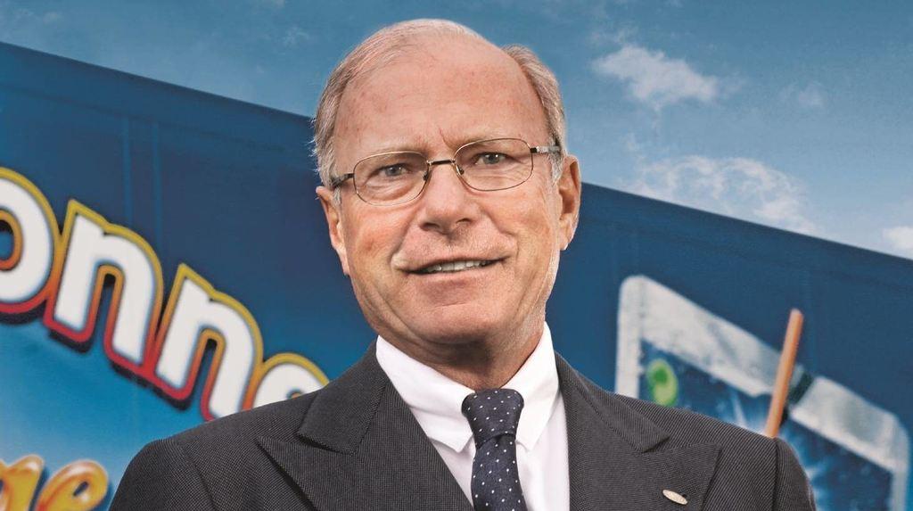 Hans-Peter Wild lächelt anlässlich des 40-jährigen Bestehens von Capri-Sonne, wie das Getränk damals noch hieß, in die Kamera. Bis heute ist der erfolgreiche Unternehmer als Präsident des Verwaltungsrates von Capri-Sun tätig.